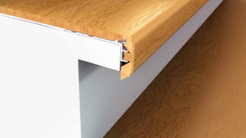 Do stopni przykręca się metalowe profile, a do nich mocuje drewnopodobne okładziny stopni i podstopnice. Noski zabezpiecza się listwami.