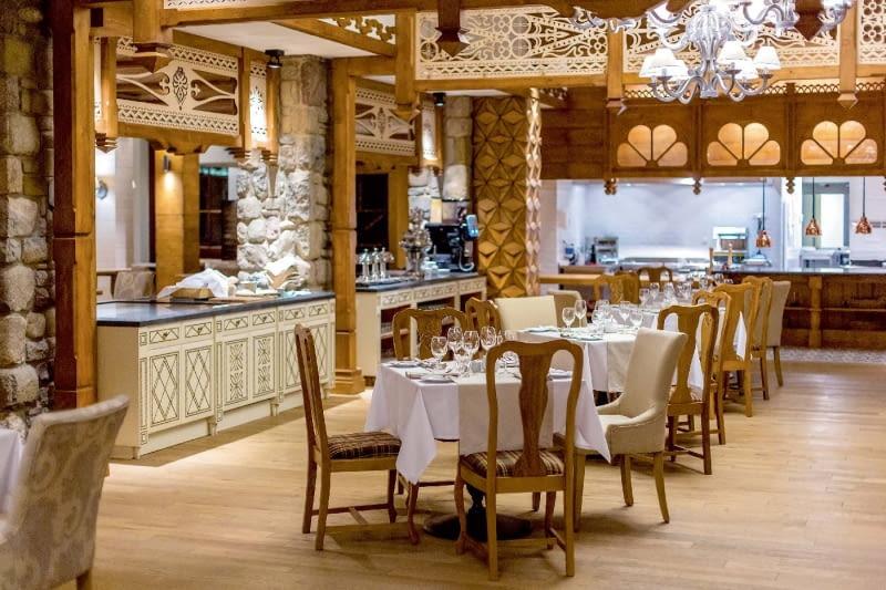 Część restauracyjna Kamienne filary pozostały z dawnego wnętrza Domu Turysty. Żyrandole wykonano na zamówienie. Największym atutem wnętrza są ażurowe dekoracje - wycinanki, w tradycyjne podhalańskie wzory.