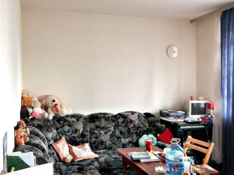 POKÓJ PRZED ZMIANĄ. Na rozkładanej narożnej kanapie spały razem mama i córka. Obok przy małym biurku Magda odrabiała lekcje. Stolik kawowy przy kanapie służył również jako stół jadalny.
