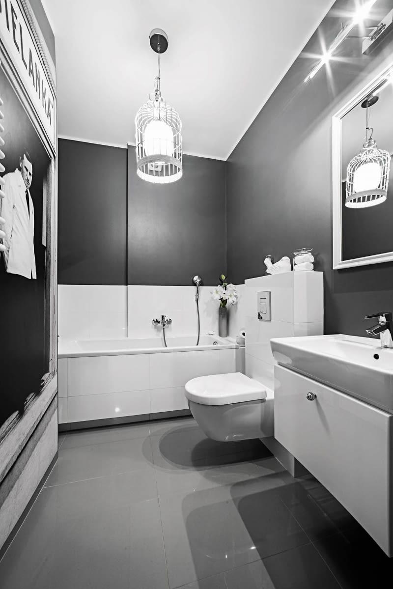 ŁAZIENKA. Pani Monika miała nietypowe marzenie - chciała, by jej łazienka nawiązywała do wyglądu ulic przedwojennego Białegostoku. Stąd kolor ścian inspirowany bardziej frontami kamienic niż ich wnętrzami oraz lampa w ażurowym metalowym abażurze, przypominająca latarnię uliczną.