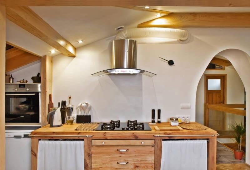Kuchnie. We współcześnie projektowanych kuchniach światło służy już nie tylko do celów użytkowych. Podobnie jak w salonie podkreśla również walory estetyczne pomieszczenia, buduje nastrój i efektownie modeluje przestrzeń. Tak jest właśnie w wybranych przez nas wnętrzach.<br/> Dodatkowym źródłem światła w kuchni są lampki w okapie, które oświetlają nie tylko płytę grzejną, ale także blat roboczy. Ścianę nad nim pomalowano farbą, a potem pokryto lakierem akrylowym. Tworzy on trwałą powłokę, którą można myć wodą z dodatkiem detergentów.