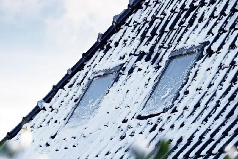 W przypadku okien dachowych zaleca się odśnieżanie, mimo iż są odporne na ciężar zalegającego śniegu