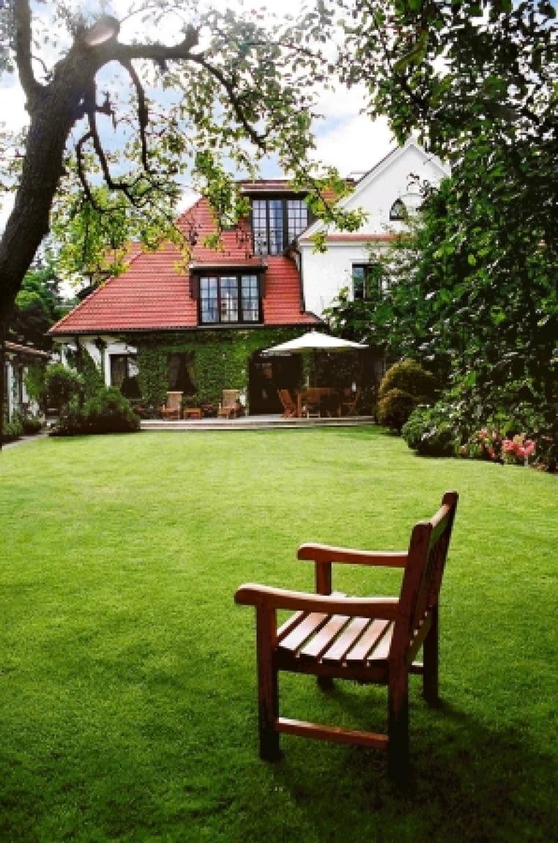 Widok na dom z głębi posesji. Prostota rozwiązań przesądziła o elegancji ogrodu.