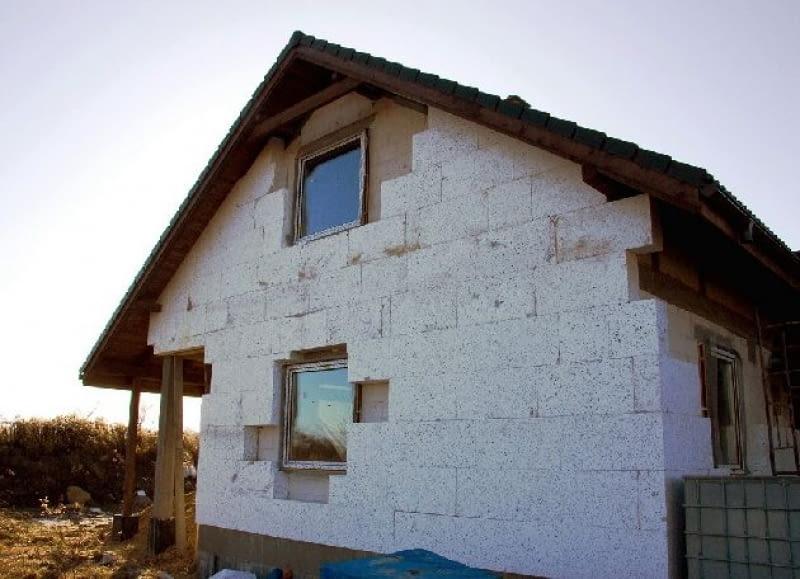 Dzięki bardzo grubej warstwie ocieplenia współczynnik U ścian będzie sporo niższy niż nakazują przepisy