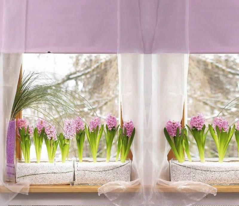 Wiosenna dekoracja okna z hiacyntami