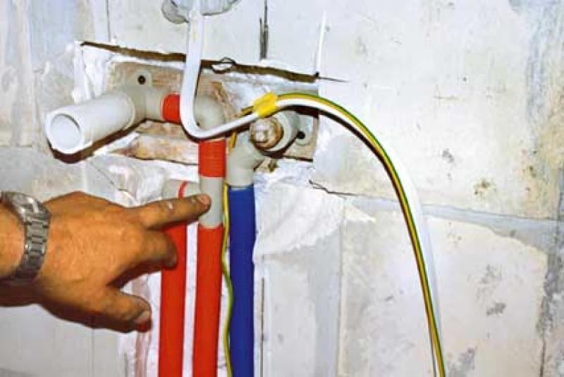 Połączenie rury cyrkulacyjnej z rurą ciepłej wody powinno znajdować się poniżej przyszłej baterii.