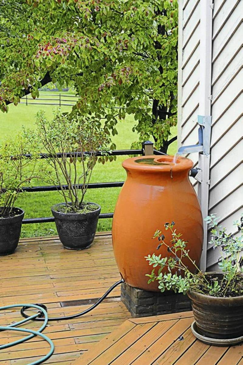 Pojemnik na deszczówkę w kształcie antycznej amfory to wygoda i ekoozdoba ogrodu i tarasu.