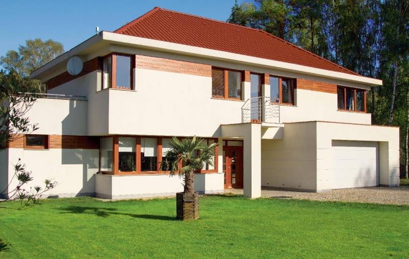 Elewacja: jasny tynk z fragmentami obłożonymi drewnem; Dach: czerwony, zbliżony do koloru drewna; Okna i drzwi: profile i skrzydła zbliżone do barwy drewna; Brama garażowa: biała, dopasowana do barwy tynku elewacyjnego