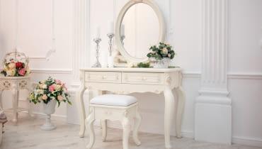 Wybierając toaletkę do sypialni należy pamiętać, by pasował on stylistycznie do pozostałych elementów wystroju wnętrza.
