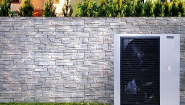 W pompie powietrznej typu split jednostkę zewnętrzną montuje się w ogrodzie lub przy ścianie zewnętrznej domu