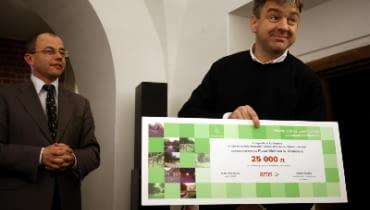Kazimierz Łatak odbiera główną nagrodę w konkursie na zagospodarowanie placu Wolnica w Krakowie (25 tys. zł)