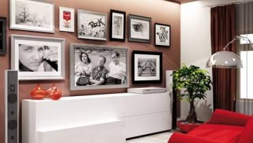 WIZUALIZACJA. JAK SCHOWAĆ TELEWIZOR. Monitor jest jednym z elementów domowej galerii obrazów i zdjęć. Zamiast tradycyjnych kinkietów - świetlówka zamontowana w szczelinie podwieszanego sufitu.