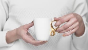 Filiżanka Mobius z cienkiej porcelany z fantazyjnie zawiniętym uchem, proj. Natalia Gruszecka, 65 zł, Endesign/polishdesignnow.com