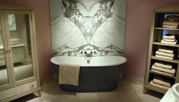 Marmur jest wyjątkowo wrażliwy na przebarwienia. Przy jego czyszczeniu najlepiej unikać detergentów