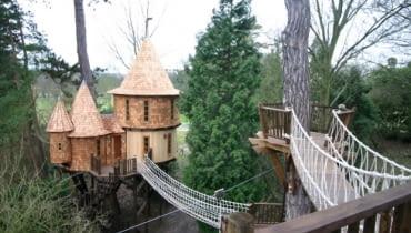 Dom na drzewie, zamieszkać w domu na drzewie, jak wybudować domek na drzewie, ciekawy domek na drzewie
