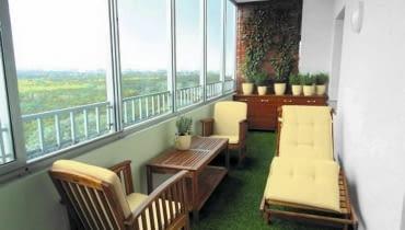 Zabudowa balkonów. Ten balkon ma na całej długości zamontowane okna. Gdy jest ciepło - można go wietrzyć. Zainstalowane ogrzewanie pozwala na uprawę roślin i odpoczynek tu także zimą