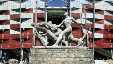 """Rzeźba """"Sztafeta"""" przed Stadionem Narodowym - relikt dawnego stadionu"""