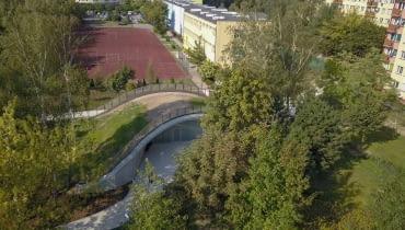 Toaleta miejska ukryta w sztucznym zielonym wzgórzu w Płocku. Projekt w ramach Konkursu Koło