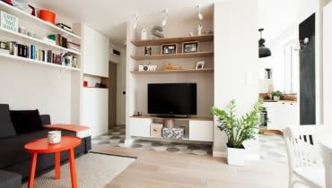 Funkcjonalny podział niewielkiego mieszkania. Tak mieszka para w Warszawie