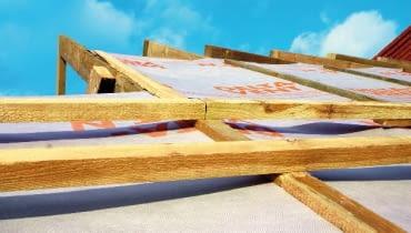 Folia wysokoparoprzepuszczalna na dachu czyli warstwa wstępnego krycia