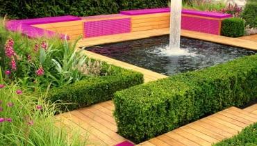 O uroku tego ogrodowego zakątka decyduje oszczędna geometria kształtów wszystkich elementów, oryginalny dobór barw i plusk fontanny.