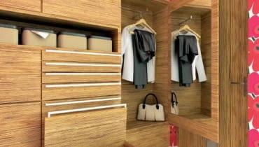 PRZEDPOKÓJ. W małym przedpokoju często nie mieszczą się standardowe szafy. A okrycia wierzchnie i buty trzeba gdzieś trzymać. Nasi projektanci przygotowali wizualizacje z zabudową na wymiar w roli głównej. Trudno byłoby znaleźć szafę z tyloma udogodnieniami. <BR > Zabudowa z fornirowanej płyty wiórowej na pierwszy rzut oka wygląda dość typowo; tymczasem kryją się w niej zaskakujące rozwiązania, np. skrzynia- -siedzisko. Do frontów w środkowej części zabudowy zamocowano uchwyty w formie relingów; pozostałe, boczne szafki otwiera się na dotyk. Na drzwiach jednej z nich naklejono lustro, a właściwie - samoprzylepną folię lustrzaną (do kupienia m.in. w supermarketach budowlanych i sklepach internetowych; za kawałek 45 x 50 cm zapłacimy ok. 8 zł). W porównaniu z tradycyjnym lustrem dużo łatwiej ją przykleić (również na ścianie), a poza tym - jest nietłukąca!