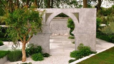 Przykład współczesnego ogrodu stylizowanego na arabski - 'Piękno Islamu', dzieło projektantki z Dubaju, prezentowane na Chelsea Flower Show.