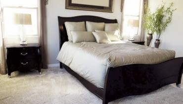 Podłogi. W głównej sypialni można sobie pozwolić na bardzo komfortową, jasną wykładzinę welurową lub pętelkową ciętą, o długim gęstym runie