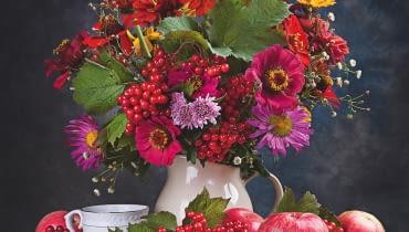 KOMPOZYCJA Z RÓŻNOBARWNYCH CYNII, astrów chińskich i kulistych owocków kaliny wzbogacona różowymi chryzantemami, przymiotnem gałązkowym i liśćmi kaliny.