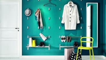 Na widoku. Czemu nie pochwalić się eleganckim płaszczem, jedwabnym szalem, torebką? Zamiast ukrywać je w szafie, wyeksponuj na ścianie. Szpilki znakomicie będą wyglądały na... zwykłym relingu.