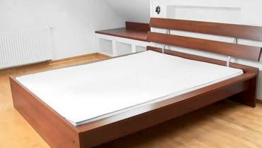 Metamorfoza. Sypialnia. Łóżko. Półki w zabudowie. Wnętrze.