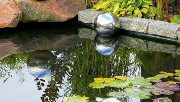 FIAP premiumdesign DecoBall/AQUAFLORA. Kule ze stali nierdzewnej, unoszą się na wodzie. Cena: od 112 zł, www.aquaflora.pl