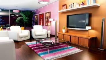 W tym pokoju zadbano o zróżnicowane oświetlenie - w zależności od potrzeby można włączyć lampy wiszące lub stojące, halogeny albo świetlówki.
