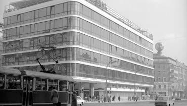 Widok ogólny budynku DH Smyk od strony narożnika u zbiegu ul. Kruczej i Alej Jerozolimskich. Na pierwszym planie widoczny tramwaj Konstal 13N stojący na przystanku. W głębi budynek zarządu Polskiego Biura Podróży 'Orbis'. Z prawej widoczny samochód Fiat 125p. Data wydarzenia: 1977-09-20 Miejsce: Warszawa Osoby widoczne: Osoby niewidoczne: Hasła przedmiotowe: ulice, handel, motoryzacja, komunikacja miejska, architektura, Inne nazwy własne: Aleje Jerozolimskie w Warszawie, tramwaj Konstal 13N, samochód Fiat 125 p, Dom Handlowy Smyk, Polskie Biuro Podróży 'Orbis', Zakład fotograficzny: Autor: Rutowska Grażyna Zespół: Archiwum Grażyny Rutowskiej Sygnatura: 40-4-246-1 ZDJĘCIE DO WKŁADKI: DLOWA Strony Lokalne Warszawa