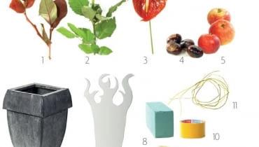 Materiały: 1. gałązki borówki amerykańskiej (Vaccinium corymbosum); 2. róże; 3. anturium; 4. owoce kasztanowca (Aesculus); 5. dzikie jabłka; 6. blaszane naczynie; 7. forma z kartonu (4 sztuki); 8. gąbka florystyczna; 9. patyczki szaszłykowe; 10. taśma dwustronnie klejąca; 11. bezlistne pędy chmielu (Humulus lupulus)