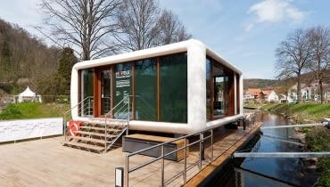 Budynek został zaprojektowany przez berlińskiego architekta Wernera Aisslingera