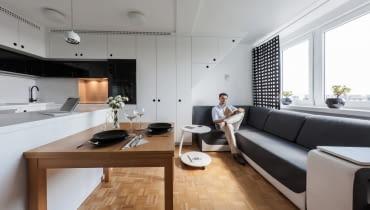 Wyspa kuchenna i stół stanowią granice między kuchnia i salonem