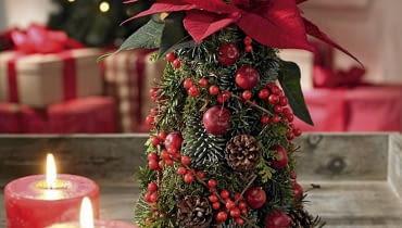 Gwiazda betlejemska. Stroiki bożonarodzeniowe. Choinka z pędów różnych iglaków ułożonych w gąbce bukieciarskiej w kształcie ściętego stożka. Pęd czerwonej gwiazdy wbito w jego wierzchołek