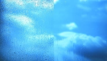 Szyba okienna. Woda spływająca z szyby standardowej (po lewej) i samoczyszczącej (po prawej)