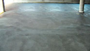 Aby wykonać ogrzewanie podłogowe podłoże powinno być równe. Nierówności nie powinny przekraczać 2-3 mm/m i 5-8 mm na całej długości pomieszczenia.
