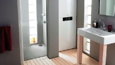 Kocioł gazowy stojący, kompaktowy, kondensacyjny, ze zintegrowanym emaliowanym zasobnikiem ciepłej wody użytkowej o pojemności 100 lub 130 litrów.