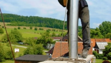 Remont komina należy zacząć od sprawdzenia go przez kominiarza i znalezienia dobrej firmy, która specjalizuje się w montażu wkładów kominowych.