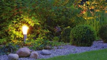 lampy ogrodowe, ogród, rośliny, kwiaty