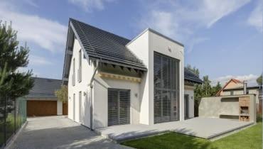 Przydomowa elektrownia wiatrowa o mocy 2 kW została umieszczona na dachu garażu (na instalację turbiny o takiej mocy nie jest wymagane zezwolenie)