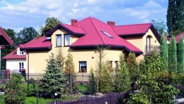 Zazwyczaj szerokość jednego arkusza blachodachówki wynosi ok. 1,1 m, a jego długość - od 4 do nawet 8 m. Jeśli dach ma skomplikowany kształt, lepiej wybrać mniejsze arkusze, gdyż oznacza to mniejsze straty materiału.