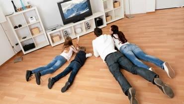 Pokój rodzinny to świetne rozwiązanie dla osób z małymi dziećmi. Można w nim bałaganić, biegać, przewracać się, leżeć na podłodze, rozłożyć zabawki czy dużą grę planszową i nikomu to nie będzie przeszkadzać