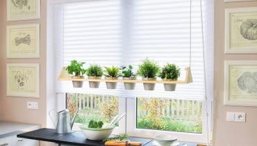 W opuszczanym na linie kwietniku można uprawiać zarówno zioła do potraw, jak i kwiaty doniczkowe. Taki miniogródek nie zajmuje miejsca na kuchennym parapecie, a do roślin jest łatwy dostęp.