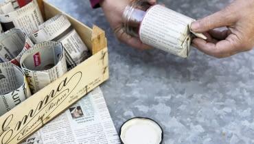 Anzuchttöpfchen aus Zeitungspapier selber machen - Step: Papier zum Boden falten SLOWA KLUCZOWE: Garten Topfgarten Selbstversorger mobil gärtnern Gemüse aussäen anziehen Aussaat Anzucht Anzuchttöpfchen Töpfchen Papier Papiertöpfchen Zeitungspapier Recycling umweltschonend Glas Marmeladenglas selber machen selbst gemacht Helga Noack