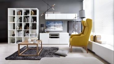 Z KROPLĄ KOLORU. Jeden barwny element, w tym przypadku fotel, doskonale podkreśla stonowaną elegancję minimalistycznego wnętrza. Na zdjęciu meble Black Red White z kolekcji Modai.