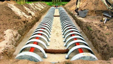 Filtr piaskowo-żwirowy z konstrukcją, która umożliwia rozprowadzanie ścieków w złożu.